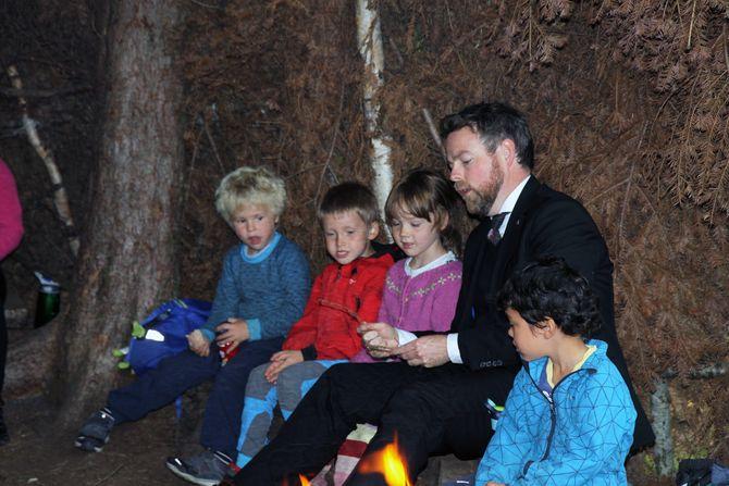 Kunnskapsministeren får råd fra femåringene i Fagerlia barnehage, om hvordan man bør sitte når man spikker på en pinne.