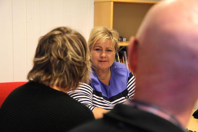 Erna lyttet til daglig leder Miriam Fagerli og styreleder Magne Totland under sitt besøk i Vågønes barnehage.