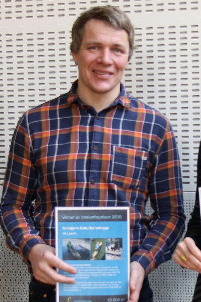 Jørgen Kjørven og Småtjern naturbarnehage mottok i februar Forskerfrøprisen.