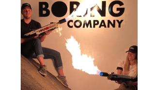 To personer holder hver sin flammekaster foran logoen til The Boring Company.