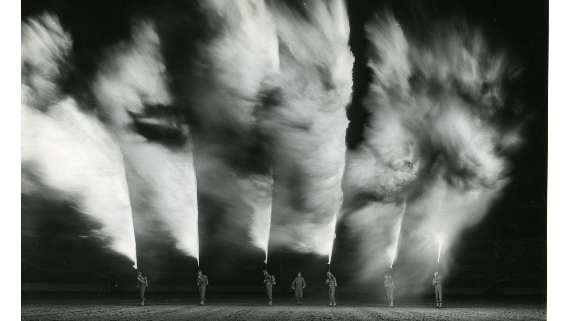 Flammekastere vises fram under et show 27. november 1942 i New Orleans, Louisiana i USA. Foto: Det amerikanske nationalarkivet.