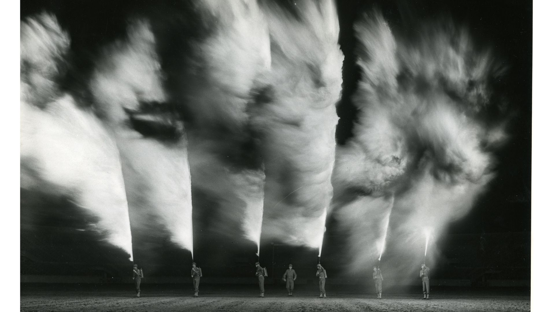 Flammekastere vises fram under et show 27. november 1942 i New Orleans, Louisiana i USA. Foto: Det amerikanske nationalarkivet.