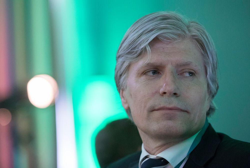 - Både CO2-avgiften og Norges elbilpolitikk bidrar til å kutte utslipp. Rapportene viser samtidig at for å nå de ambisiøse målene fram mot 2030, må vi forsterke virkemidlene, blant annet i transportsektoren, sier klima- og miljøminister Ola Elvestuen.