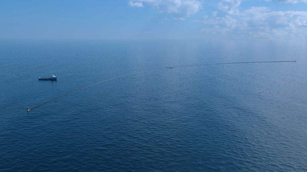 Illustrasjonsbilde. Omtrent slik vil det se ut når Ocean Cleanup sjøsetter det første plastoppsamlingssystemet i full skala Stillehavet i mai 2018.