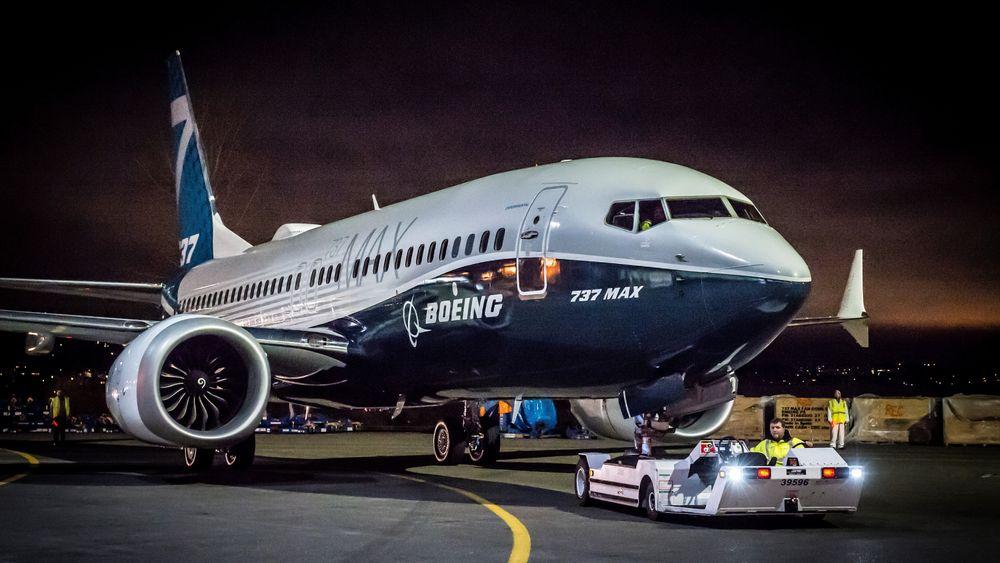 Første 737 MAX-7 taues ut fra lakkeringshangaren i helga for en seremoni for Boeing-ansatte.