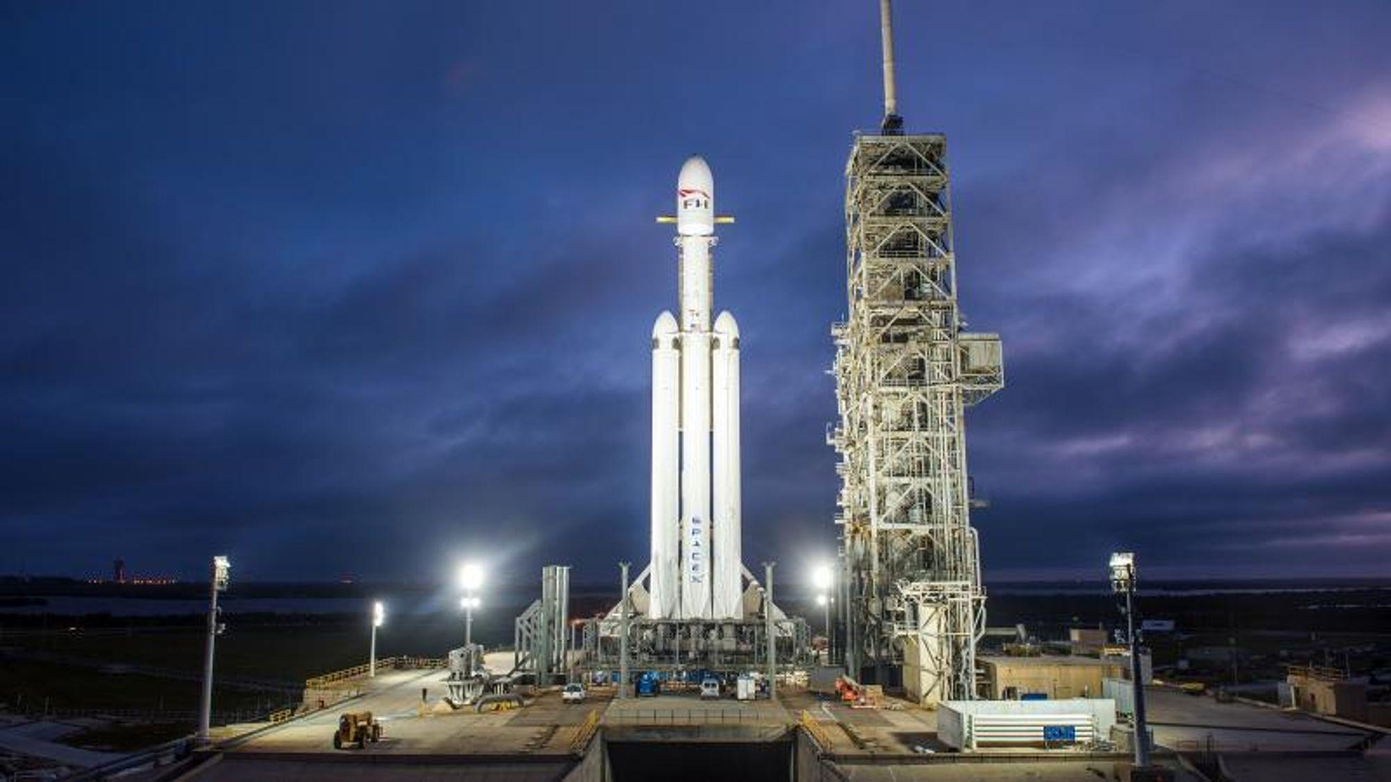 SpaceX skal bruke Falcon Heavy til å sende romturister i bane rundt månen.