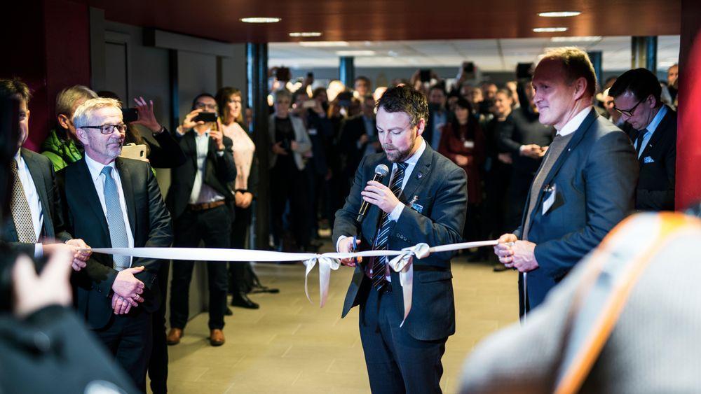 Næringsminister Tørbjørn Røe Isaksen klipper snoren, flanker av Svein Terje Strandlie, administrerende direktør i Sintef Raufoss Manufacturing (til venstre) og Siva-sjef Stein Terje Dahl (til høyre)