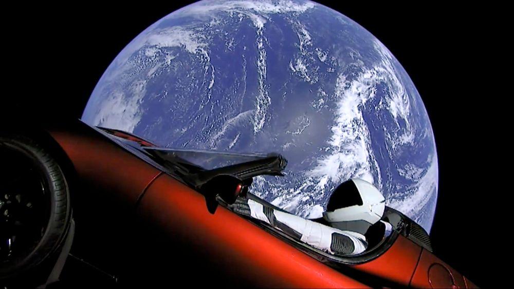 Bildet viser Teslaen som svever rundt i rommet etter oppskytningen av Falcon Heavy tirsdag.