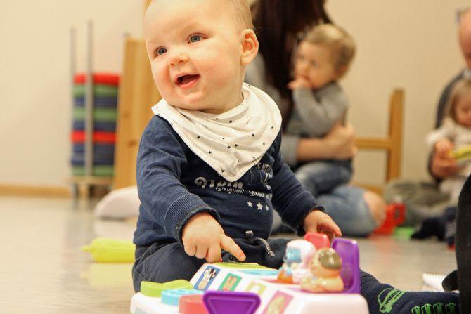 Lille Henning på ti måneder får gå i samme barnehage som storesøster fra høsten av - hvis han er heldig.