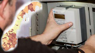 Et kart som viser kommunene i landet har fargegradering basert på hvor langt utrullingen av AMS har kommet er lagt oppå et bilde av en elektriker som installerer en smartmåler i et sikringskap.