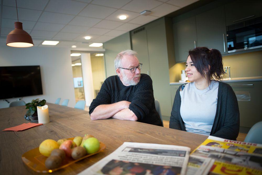 Redaktør Roger Rein i Innherred, sammen med sin spaltist og journalist Reem Alatasi, som kom til Norge for tre år siden fra Syria.