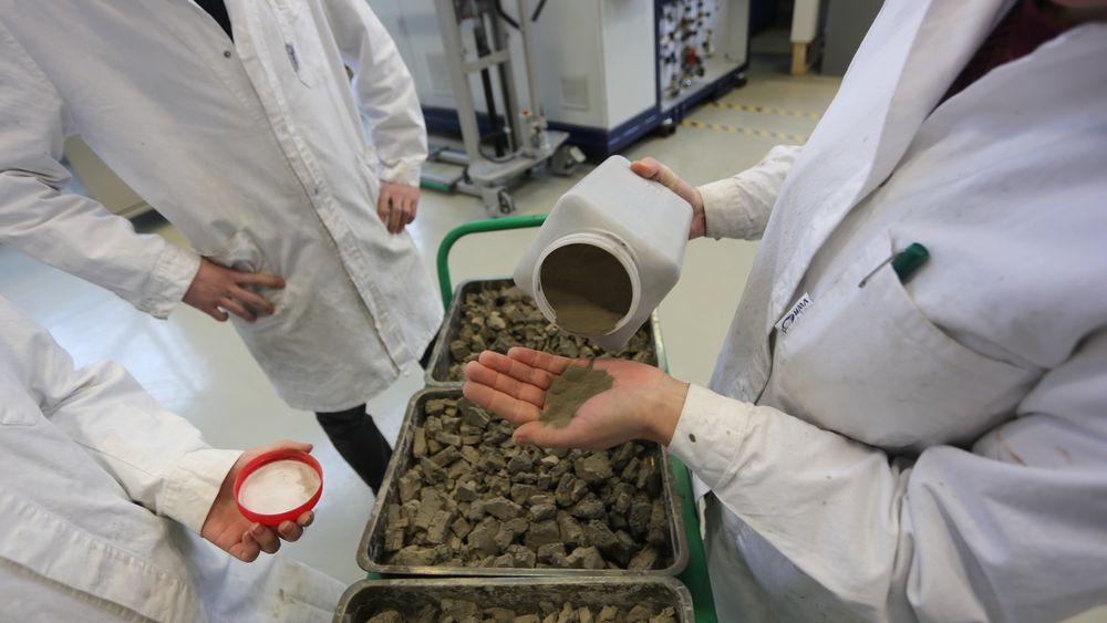 I prosess: Her er silisiumkarbid behandlet med kjemikalier i en væskeprosess, filtrert og tørket før de skal inn i en termisk varmebehandling slik at det kommer ut i pulverform. Foto: Tormod Haugstad