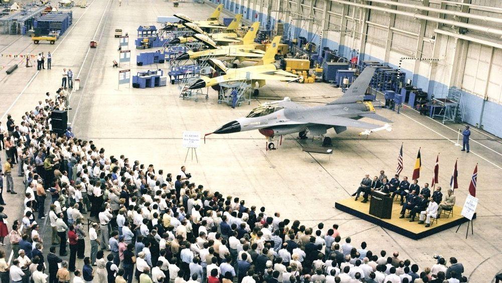 Dette bildet er fra utrullingsseremonien for det første produksjonseksemplaret av F-16 i august 1978, der vi ser Norge er representert sammen med resten av EPAF-nasjonene som hadde bestilt fly.