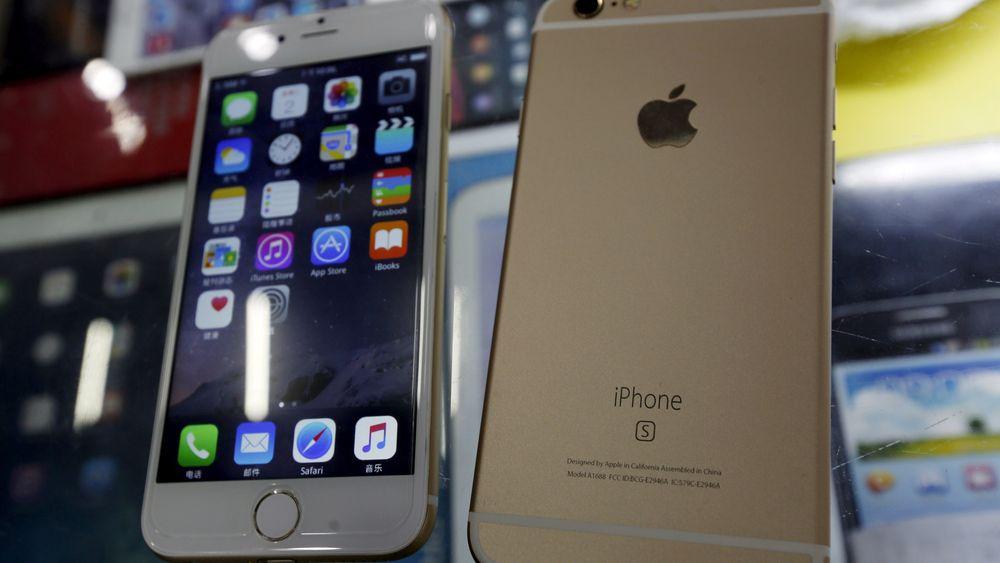 To falske Iphone 6s med Android som operativsystem vises frem i et monter i Shenzhen i Kina.