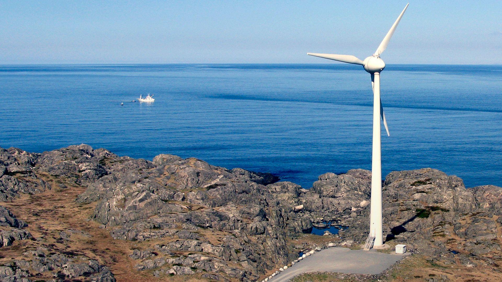 Helt ute i havgapet på Utsira står en av to vindturbiner. De har stått der siden 2004. Nå har Solvind søkt om å etablere en ny vindpark på Utsira og da vil også turbinene i Utsira I byttes ut.