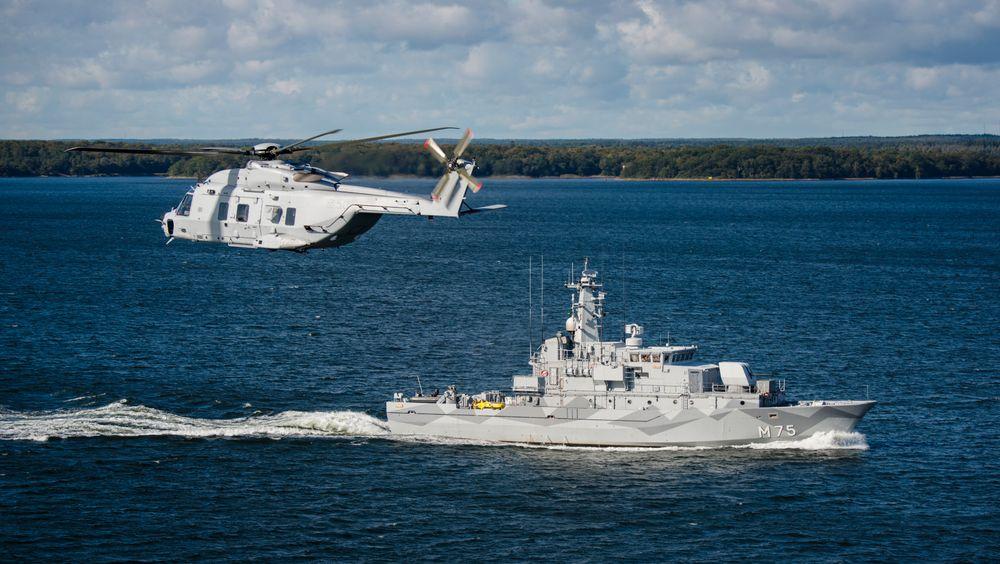 Helikopter 14 sammen med minerydderen HMS Vinga.