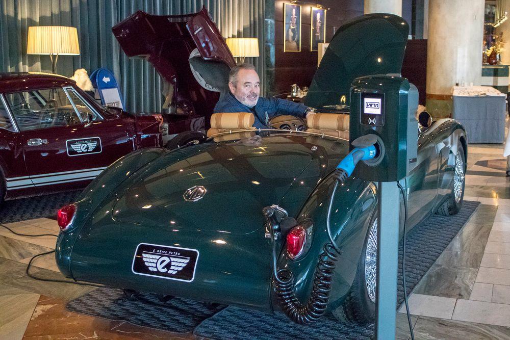 Elbilentusiast: Michael Richardson fra e-DriveRetro tom med to elektrifiserte klassikere og vite dem frem på EV Summit i Oslo