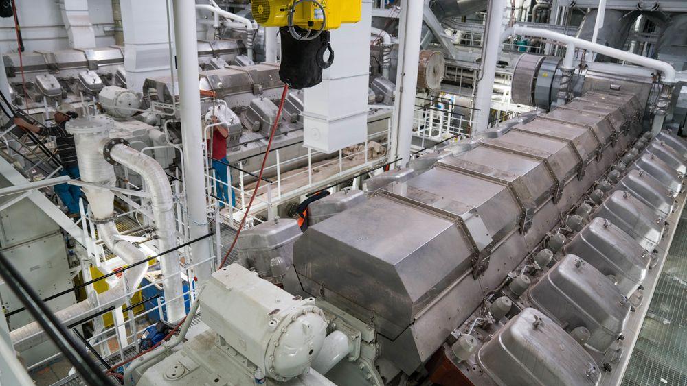 Wärtsilä-motorer (fire er 12 V på 14,4 MW hver, og to 16 V-motorer yter 19,2 MW hver) om bord på Symphony of the Sea .