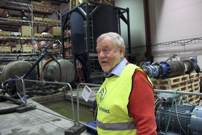 Anders Eide har mange år bak seg som teknisk sjef i PG Flow Solutions. Testbassenget er viktig for utvikling og dokumentasjon. Den store blå tanken bak er fra 2006 og bygget for test av pumper for Østensjø og Shell UK (PG-MACS-tester). Pumper på PSV-er benyttes til borevæsker, slam og andre væsker med ulik viskositet.  Før PG fikk basseng, ble de to tankene i bakgrunnen brukt til å pumpe væsker imellom.
