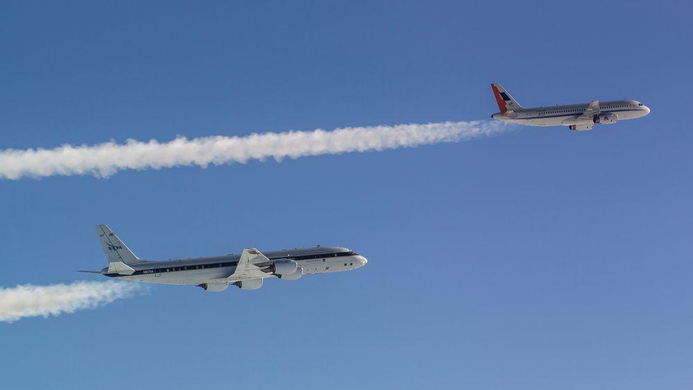 DLR-forskningsflyet Atra tett fulgt av Nasas DC-8-forskningsfly.
