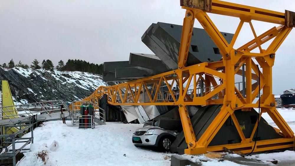 Uvær: Det gikk hardt ut over en bil da vinden veltet en 40 meter høy kran på et industriområde på Ottersøy i Trøndelag i januar. Illustrasjonsbilde.