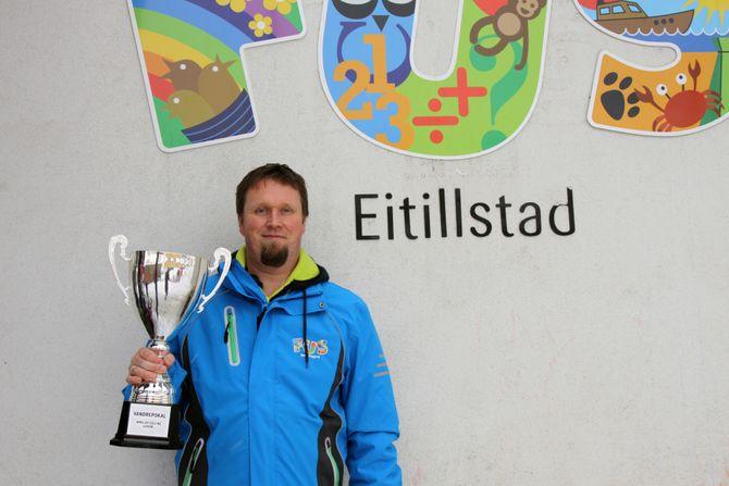Daglig leder Tor Espen Hylland i Eitillstad FUS barnehage. Her med vandrepokalen som går på rundgang mellom barnehagene.