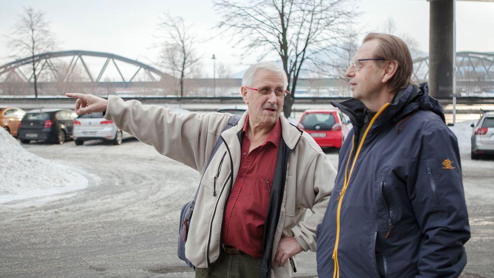 Ingeniørene Viggo Landaas og Odd Edvardsen beskriver skred- og grunnforholdene langs Drammenselva, hvor det nye sykehuset skal bygges.