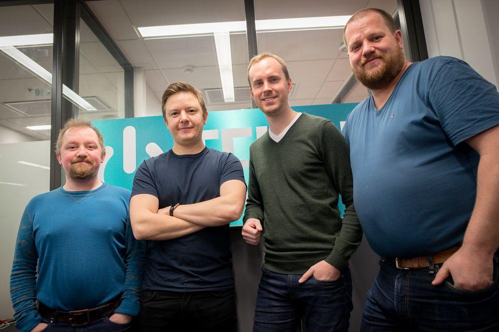 Tek.no-redaksjonen fra venstre: Vegar Jansen, Niklas Plikk, Anders Smedsrud og Ole Henrik Johansen. Finn Jarle Kvalheim og Stein Jarle Olsen var ikke tilstede da bildet ble tatt.