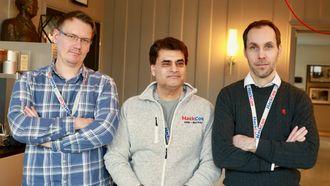 Suhail Mushtaq flankert av Oddvar Moe og Gjermund Marqvardsen, som har stått bak spørsmålene til konkurransen.