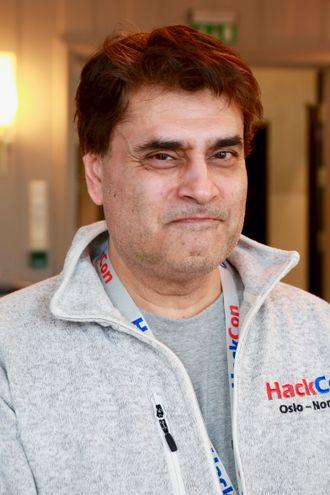Suhail Mushtaq i HackCon. Portrett.