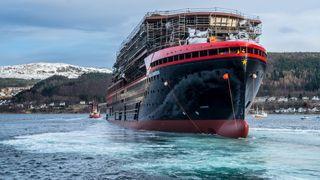 Her får Hurtigrutens nyeste skip vann under kjølen for første gang