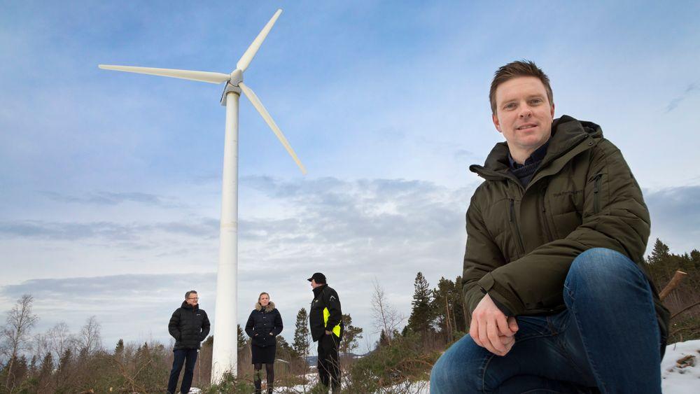 Fersk og lagret kraft herfra skal gjøre to gårdsbruk selvforsynt med strøm. SINTEFs Kyrre Sundseth (foran), Bernhard Kvaal og Gøril Forbord, Trønderenergi og gårdbruker Lars Hoem deltar i europeisk pionerprosjekt der overskudd av vind skal lagres som hydrogen.