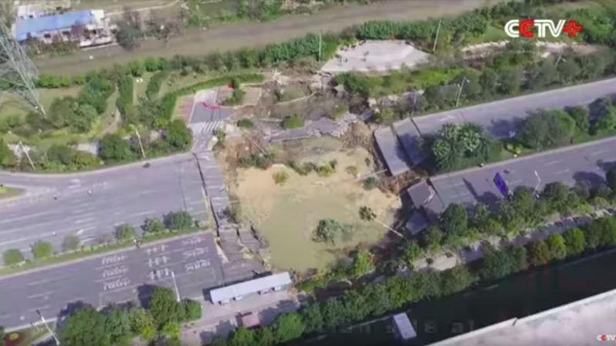 Et område på omkring 1000 kvadratmeter har kollapset over en tunnel i byen Foshan i den kinesiske Guangdong-provinsen. Årsaken kan ifølge mediet Tunneltalk være en utetthet i tunnelboremaskinen som var i ferd med å bore en ny t-banetunnel under veien. Ulykken kostet minst ti personer livet.