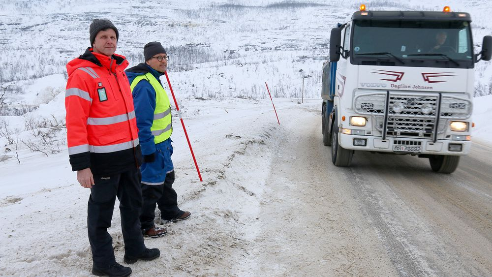 Knut Pettersen og Erling Kolltveit følger med når kablene i asfalten fanger opp informasjon når lastebilen kjører forbi på E8 i Troms.