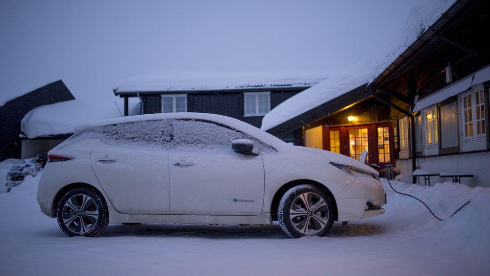 En Nissan Leaf lader batteriet i snøen.