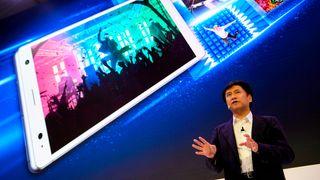 Hideyuki Furumi i Sony viser frem Sony Xperia XZ2 på en pressekonferanse i Barcelona.