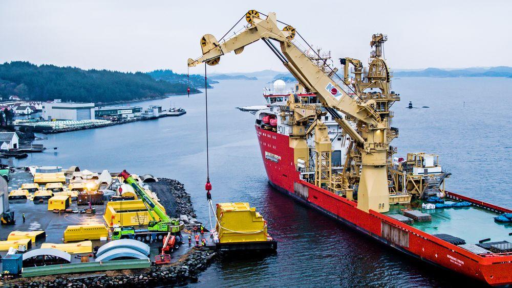 Transport: De tre modulene er på vei til Fognafjorden. De to største er produsert hos CSub i Arendal, den tredje hos Pipex i England.