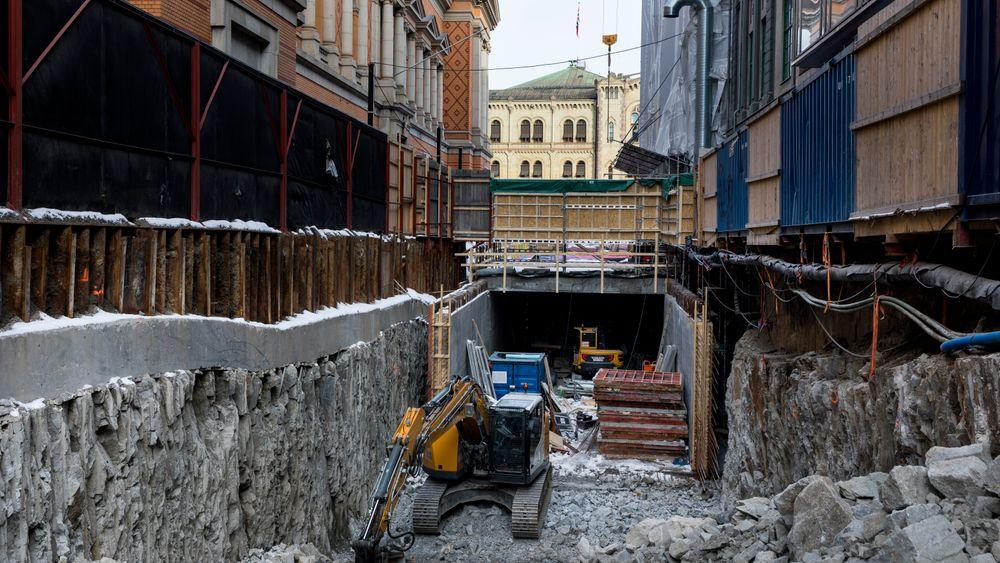 Stortinget kan sees fra byggegropa i Nedre Vollgate hvor enorme masser er gravd ut for å gjøre plass til en ny tunnel. Tunnelen skal gå fra Rådhusgata og helt frem til det nye post- og varemottaket under Wessel plass.