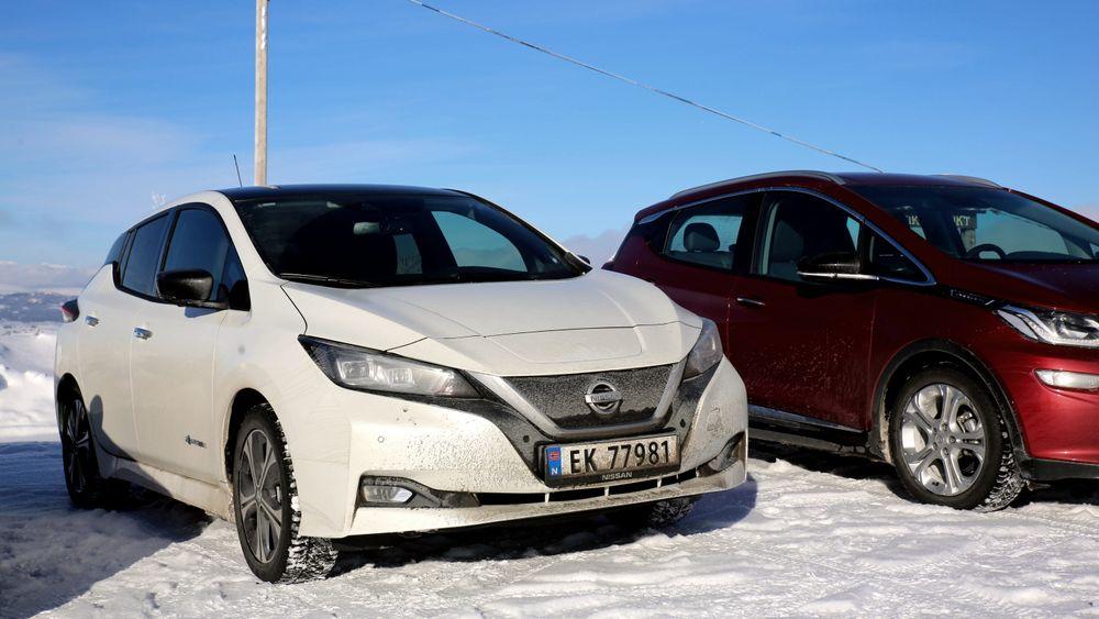 Nissan Leaf og Opel Ampera-e (t.h) var de to elbilene som brukte mest strøm da vi testskjørte dem opp på fjellet i forrige uke.