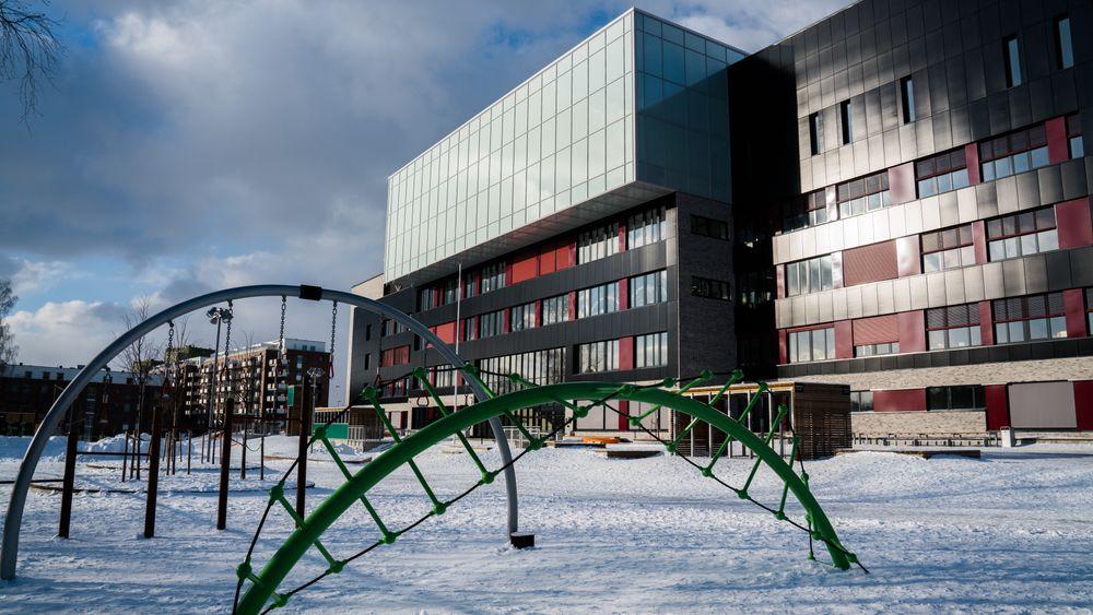 Snøen dekker grunnen foran den bygningsintegrerte solcelle-fasaden på Brynseng skole. Det gir en god produksjon  - også gjennom vinteren.