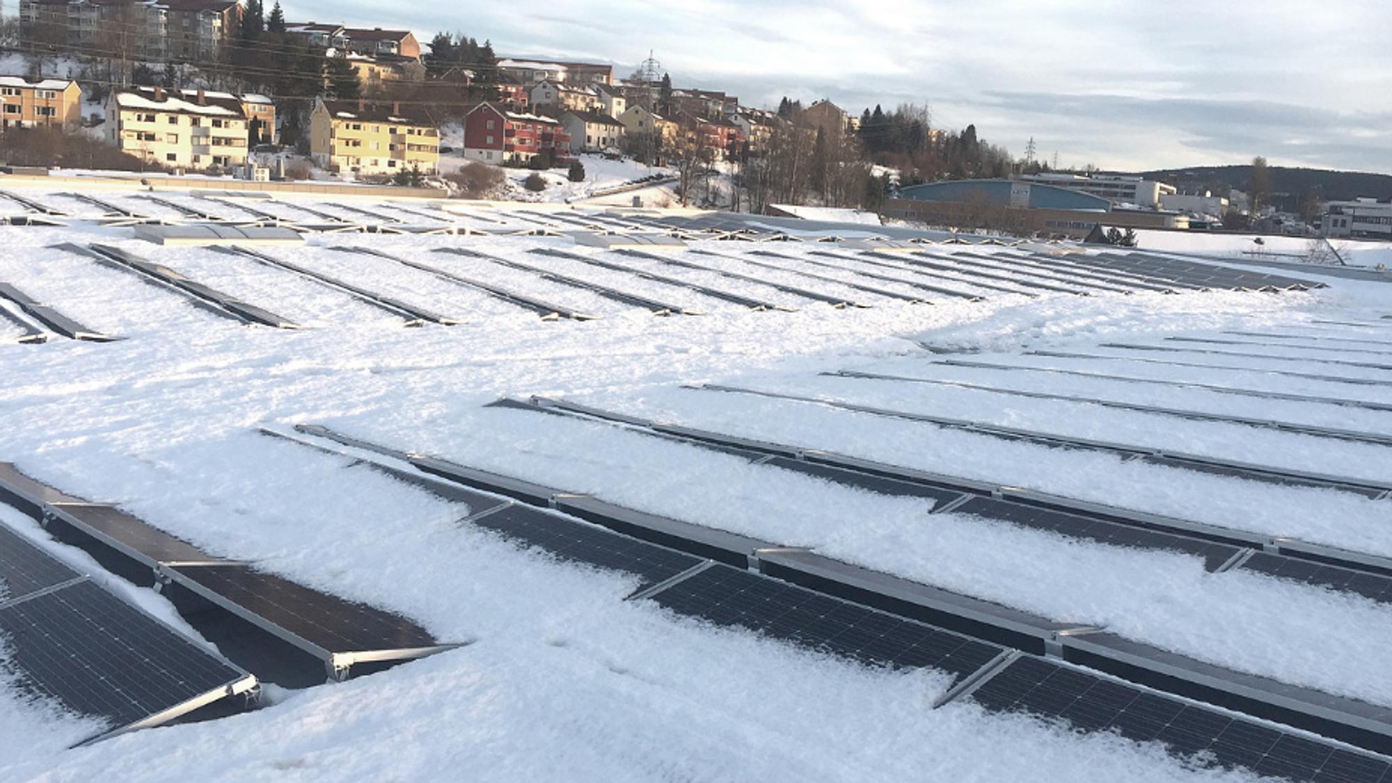 Her smelter snøen av solcellepanelene.