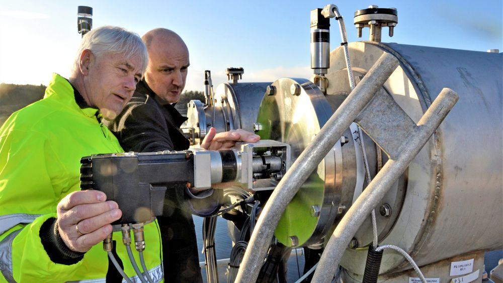Vakuum: På toppen av renseanlegget hvor lakseoppdretter Øyvind Haraldseid, til venstre, studerer vakuumreaktoren til Kbal sammen med Jan Kåre Helvik fra Level Solutions.