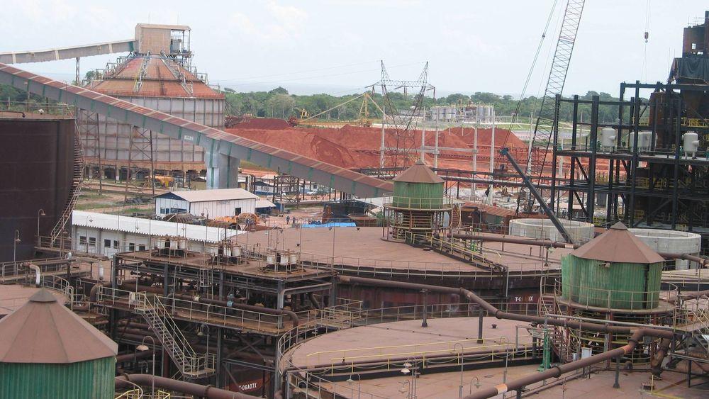 Brasil, Barcarena. Alunorte er i dag en av verdens største produsenter av råstoffet alumina. Hydro eier 34 prosent av selskapet. Produksjon av alumina. Nå kutter Hydro produksjonenmed 50 prosent.