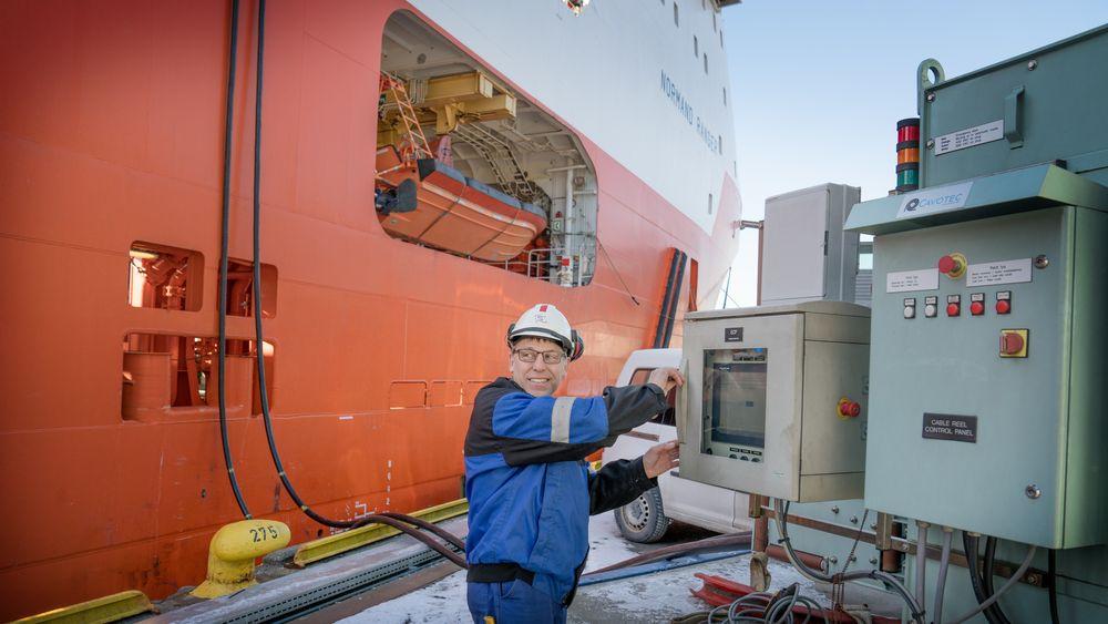 Elektriker Jarl Svoren på Normand Ranger kobler seg på  landstrømanlegget i Bergen Havn.