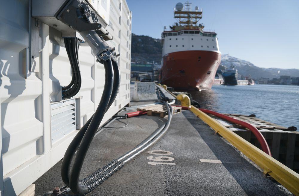 Container med landstrømutstyr for to offshorefartøy på Skoltekaien i Bergen. Havan har også fått støtte til å bygge ut anlegg som er tilpasset tre cruiseskip samtidig.