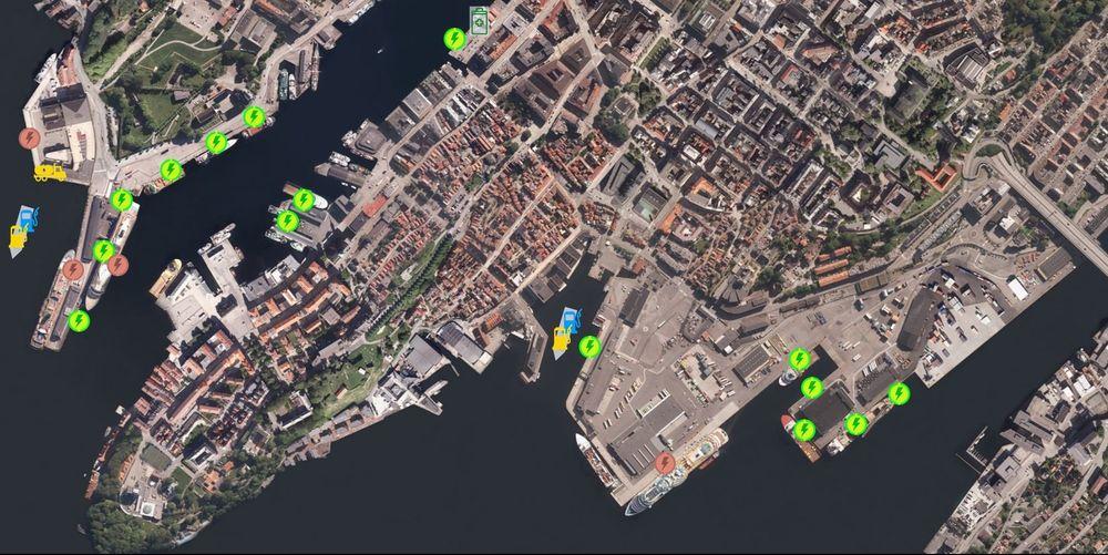 Drømmesceneriet eller plan? Grønne symboler er lavspentkontakter, røde er høyspent. Batterisymbolet er for lading av små havnebåter. Gul pumpe og tankbil er LNG, mens blå pumper symboliserer H2-forsyning (hydrogen). LNG og H2 kan leveres via bunkringsfartøy rett til skuiteside. Tankbilen er for å levere gass til AIDA-cruiseskip, som har hjelpemotorer som kan gå på gass. Skoltekien er utstikkeren til venstre på bildet. Hurtigruteterminalen midt på bildet.