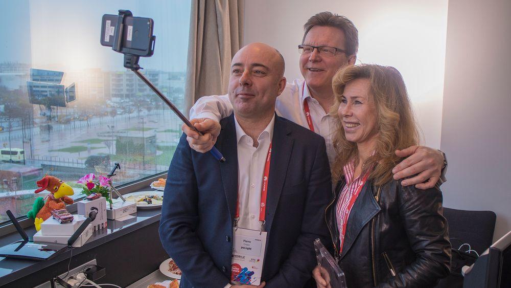 Selfie: poLightsjef Øyvind Isaksen tar bilde med  teknologidirektør Pierre Craen og COO  Marianne Sandal. Telefonen er en Google Pixel modifisert med TLens kameraer både foran og bak.