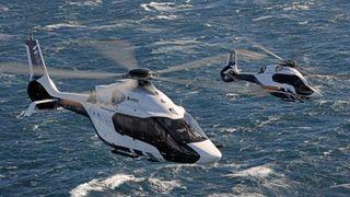 Slik ser det ut når Airbus tar med seg nyutviklede helikoptre på dans over sjøen