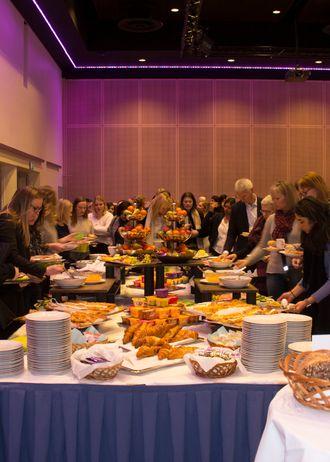 Frokostbord og deltakere på Kvinnefrokost. Foto
