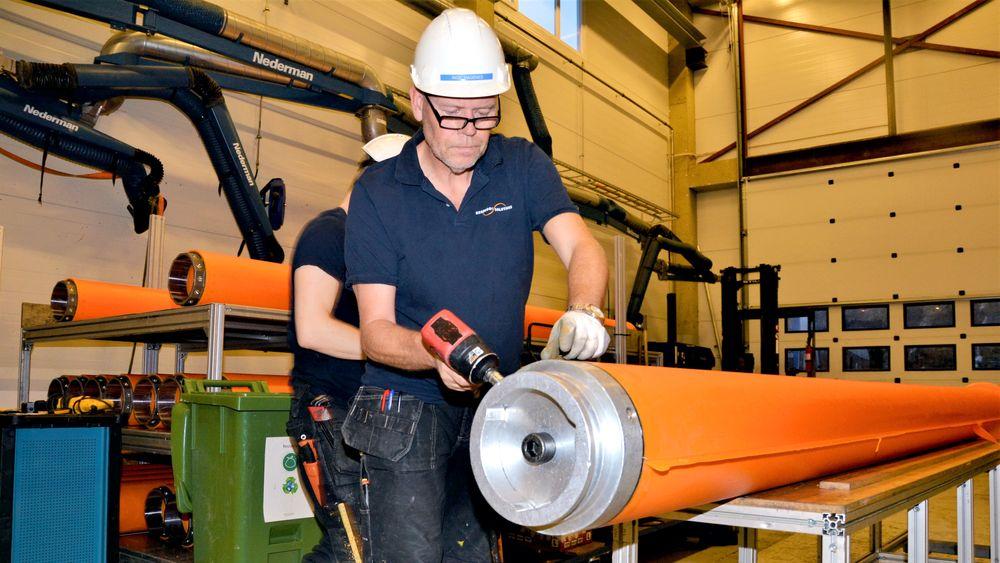 Seaproofs leveranser til havvindindustrien startet i 2012. Her er det Inge Hagenes som klargjør et nytt beskyttelsesrør.